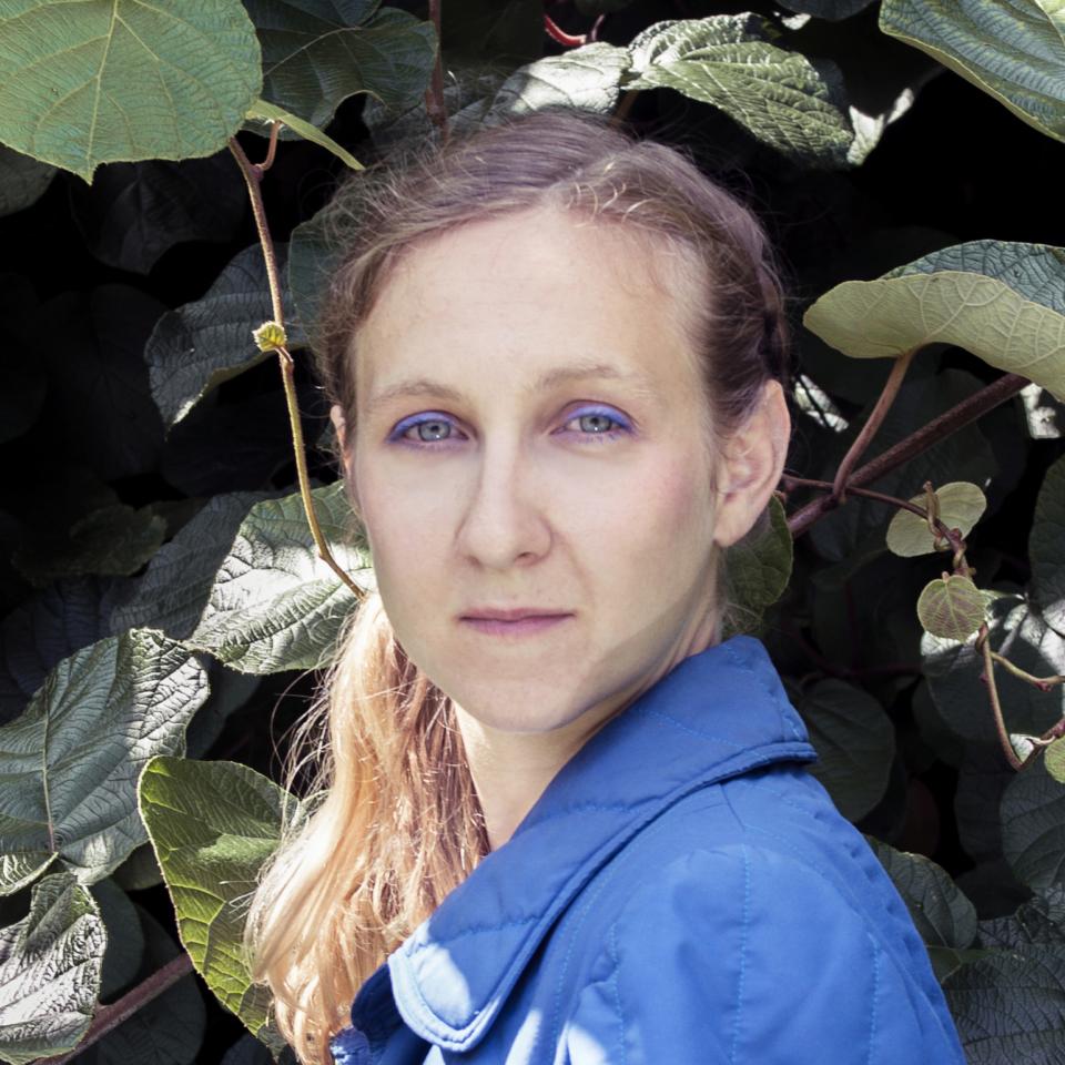 L'artiste Xénia Laffely dans son jardin à Morges.